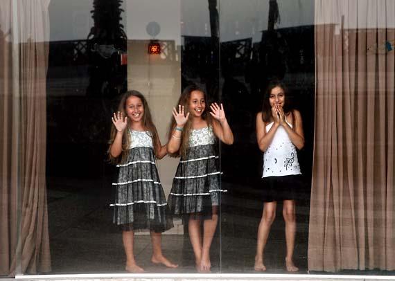 1tel_aviv_beach_reception_girls