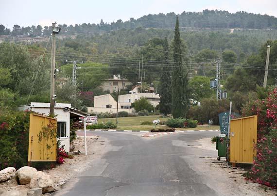 1tzora_kibbutz_entry