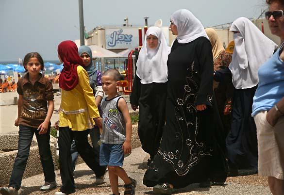 1tel_aviv_portraits_islamist_dress_beach