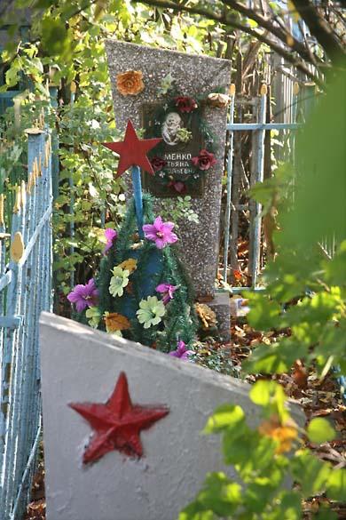 1soviet_cemetery_star_leaves_flowers