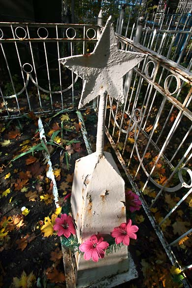 1soviet_cemetery_white star
