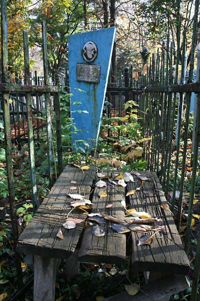 1soviet_cemetery_3plank_table