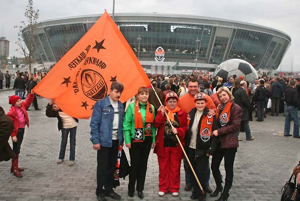 1wn_donetsk_stadium_supporters