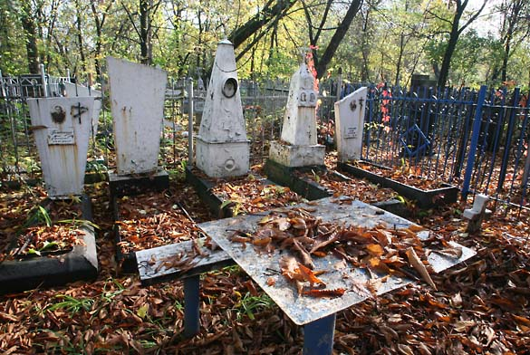 1soviet_cemetery_5graves_table