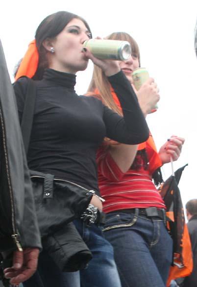 1wn_donetsk_stadium_beer_girls