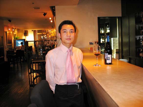 1shanghai_bonne_sante_waiter