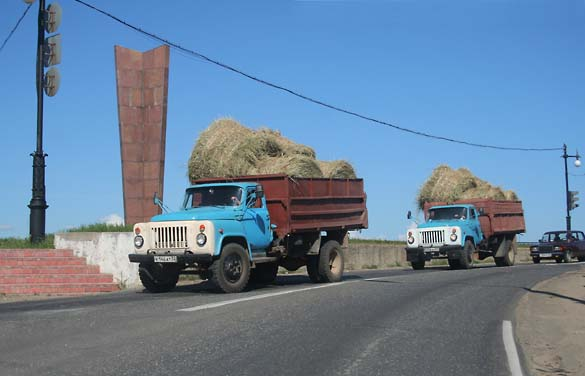 1_rus_trucks_hay_gorki_lake
