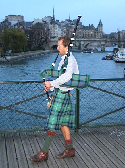 Juveniles_scottish_pipes_paris