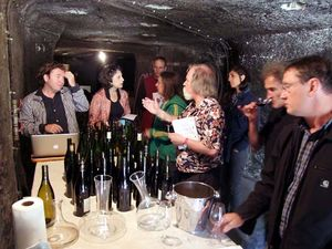 1CRB_verticale_crowd_tasting_table