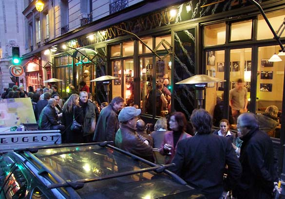 1nouvelle_mairie_crowd_outside