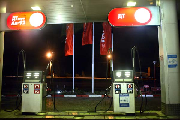 1russia_lukoil_gas_station_night2