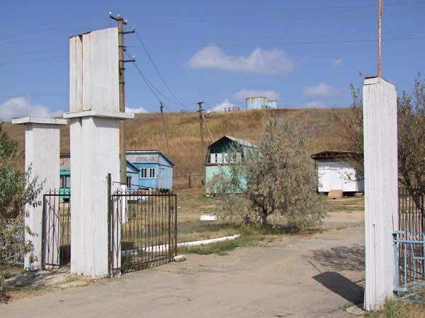 1russia_pioneer_camp_pillars