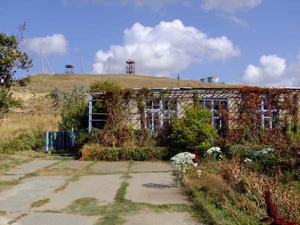 1russia_pioneer_camp_low_building