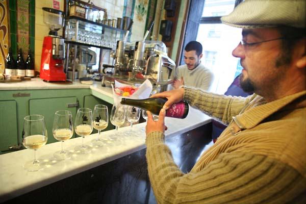 1vivant_jean_marie_berrux_pouring_wine