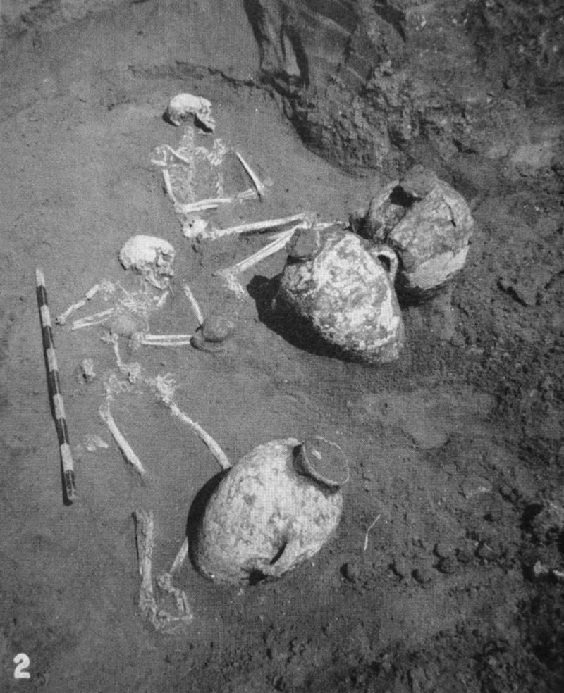 1palestine_tomb_amphorae_2bodies
