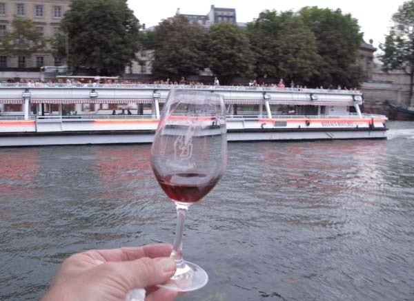 1picnic_paris_toasting_with_passing_boats