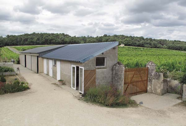 1clos_cristal_vineyards_office_tractors_building
