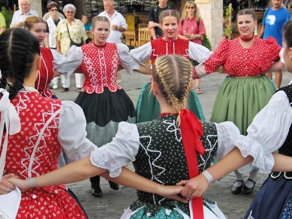 1borfalu_girls_dance_budapest