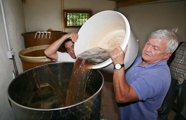 1chai_joigny_pouring_pinot_gris