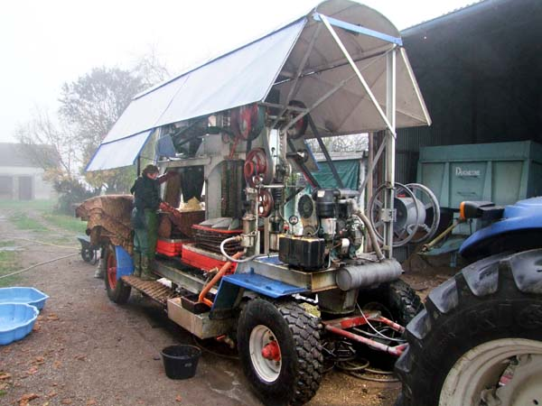 1cider_apples_pressing_mobile_press