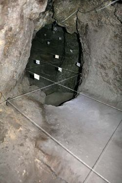 1areni_cave_narrow_end_diggings