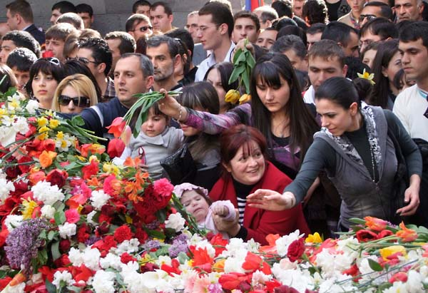 1armenian_genocide_day_laying_flowers1