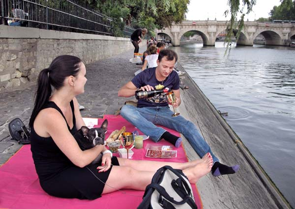 1paris_picnic_couple_wine_dog