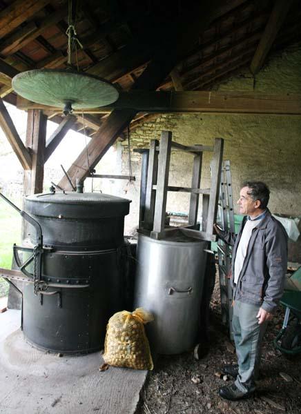 1guy_bussiere_distiller_alambic