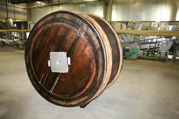 1kenbishi_brewery_back_of_wooden_vat