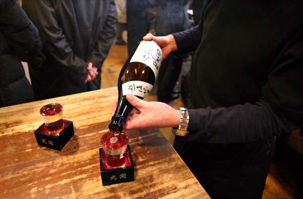 1takioka_tokyo_tachinomi_pouring_sake