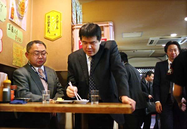 1takioka_tokyo_tachinomi_two_salarymen