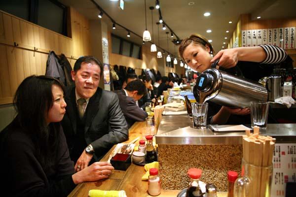 1daitoryo_izakaya_tokyo_pouring