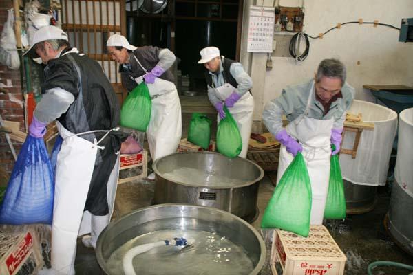 1himonoya_taking_rice_bags_out