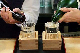 1tokyo_tachinomi_pouring_sake_closeup