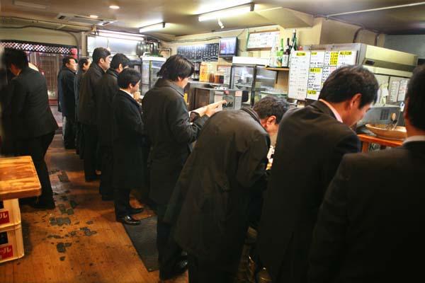 1takioka_tokyo_tachinomi_lined_salarymen9