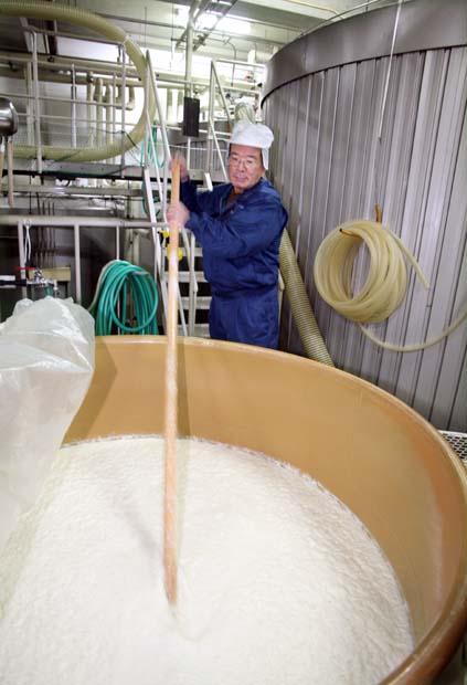 1saito_shuzo_toji_moriguchi_stirring_rice