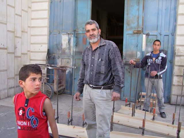 1hebron_muslim_artisan_with_kids