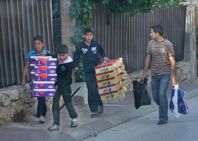 1hebron_carrying_boxes