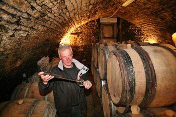 1olivier_de_moor_filling_a_glass_cellar