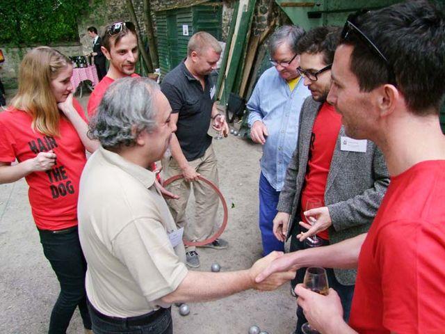 1vacqueyras_et_petanque_handshakes_end_game