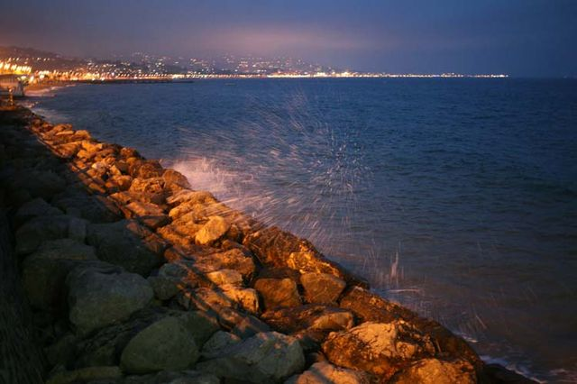 1cabane_plage_cannes_splashing_on_rocks