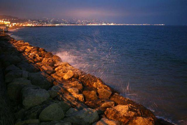 1cabane_plage_cannes_splashing_on_rocks
