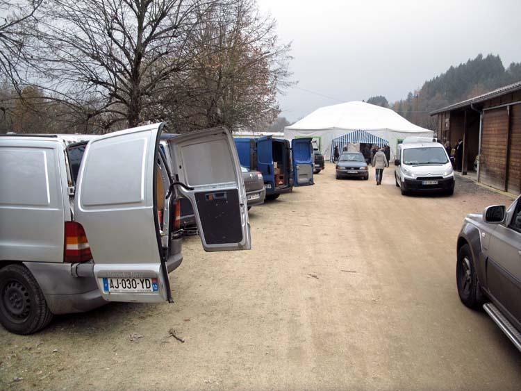 1_10vins-cochons_unloading_wine_crates