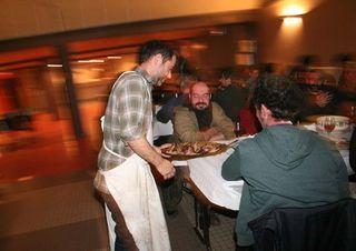 1_10vins_vintners_dinner_harry_bringing_lamb
