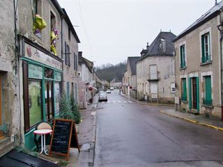 1cadette_saint-pere_burgundy_main_street