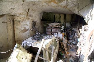 1cave_winery2_crumbled_rock_minicar