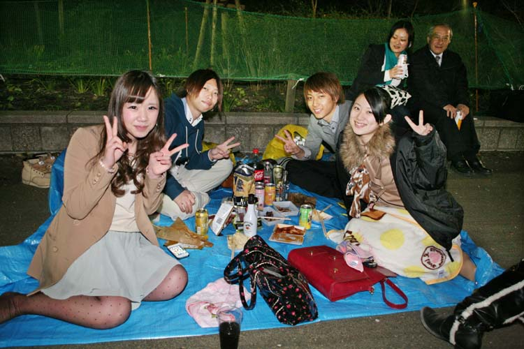 1hanami_2couples_evening_tokyo_ueno
