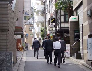 1meli-melo_tokyo_salarymen_heading_to