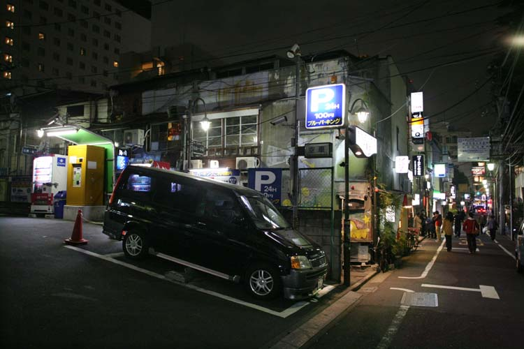 1golden_gai_shinjuku_single_parking_lot