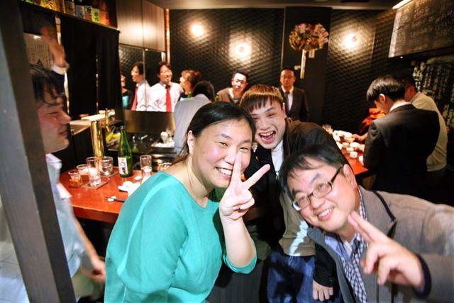 1Moto_tachinomi_Shinjuku_happy_patrons